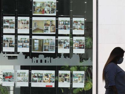 Anuncios de venta y alquiler de vivienda en una inmobiliaria de Madrid, el pasado noviembre.