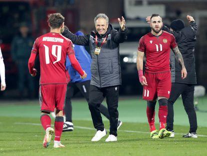 Joaquín Caparrós celebra el triunfo de Armenia, selección a la que dirige, ante Islandia, el pasado 28 de marzo. / (REUTERS)