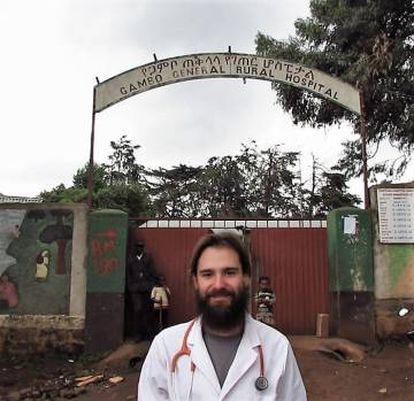 El pediatra Iñaki Alegría, en la entrada del hospital de Gambo, en Etiopía.