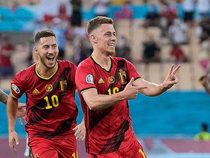 Thorgan Hazard (derecha) celebra su gol en octavos de final contra Portugal con su hermano, Eden (izquierda), en Sevilla el pasado domingo.