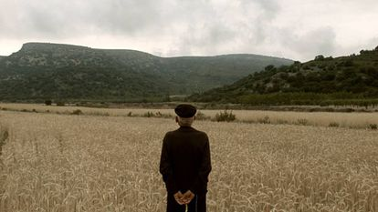 Àngel Beltran observa el cielo por donde vio llegar a los 'stukas' en 1938 en una fotograma del documental.