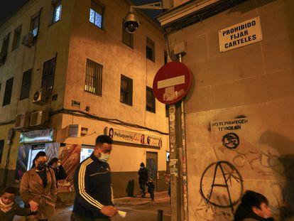 """""""No te protegen. Te vigilan"""", dice la pintada junto a la `A´ anarquista bajo una de las nuevas cámaras en la calle Topete del barrio de Bellas Vistas"""