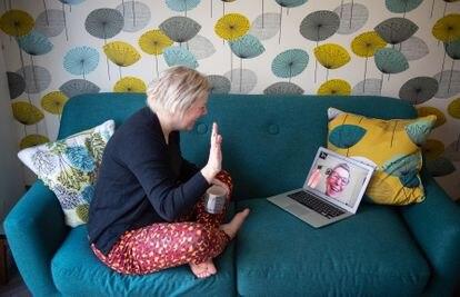Una mujer habla por video llamada con su madre, en Reino Unido, durante el confinamiento.