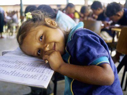Una niña en una escuela de la selva colombiana.
