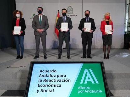 Nuria López, secretaria general de CC OO Andalucía, Juan Marín, vicepresidente de la Junta, el presidente Juan Manuel Moreno, Javier González de Lara, presidente de la CEA, y Carmen Castilla, secretaria general de UGT.