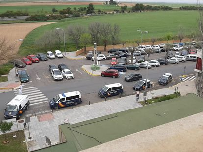 Furgones de policía, ante el Hospital Infanta Elena de Huelva, este viernes.