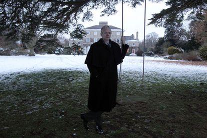 Julian Assange, editor de Wikileaks, ante la mansión de Reino Unido, donde pasa su arresto domiciliario, el pasado día 19.