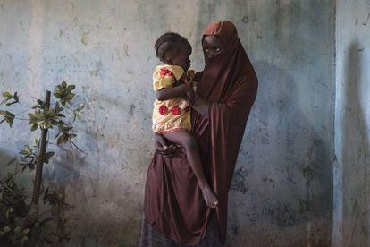 Dada, de 15 años, sostiene a su bebé de 18 meses. Ambas viven en la comunidad de Maiduguri, en el Estado de Borno al noreste de Nigeria.