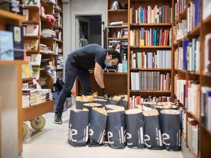 La libreria Laie de Barcelona, preparando envios de libros para la pasada Diada de Sant Jordi.  Foto: Massimiliano Minocri
