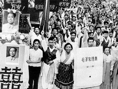 Manifestación de estudiantes y profesores chinos en las calles de Pekín, el 23 de agosto de 1966, en apoyo a la Revolución Cultural promovida por Mao.