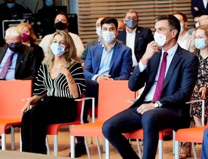 La vicepresidenta segunda del gobierno y ministra de Trabajo, Yolanda Díaz (izquierda), y el presidente del gobierno, Pedro Sánchez, la semana pasada en Santander.