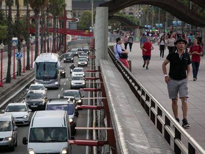 La ronda litoral de Barcelona, llena de coches.
