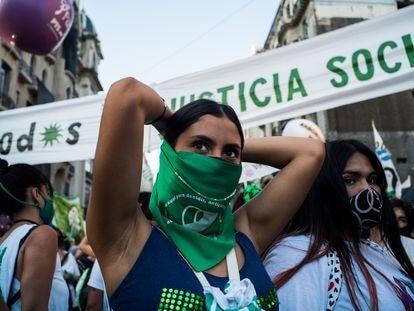 Una mujer durante la manifestación a favor de la legalización del aborto en Argentina, el pasado 29 de diciembre en Buenos Aires.