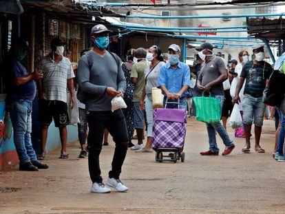 Varias personas hacen compras en un mercado agropecuario, esta semana en La Habana (Cuba).