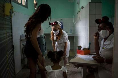 Una enfermera saluda a una niña a punto de ser vacunada en La Habana, el pasado 16 de septiembre.