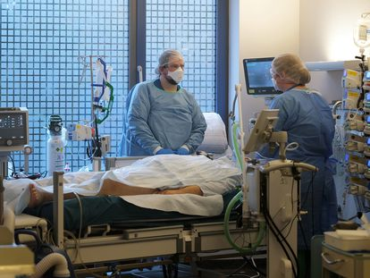 Dos profesionales sanitarios atienden a un paciente en una UCI en Hanau, Alemania, el martes.