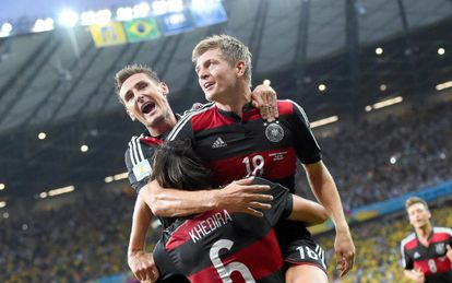 Klose, Kroos y Khedira celebran un gol.