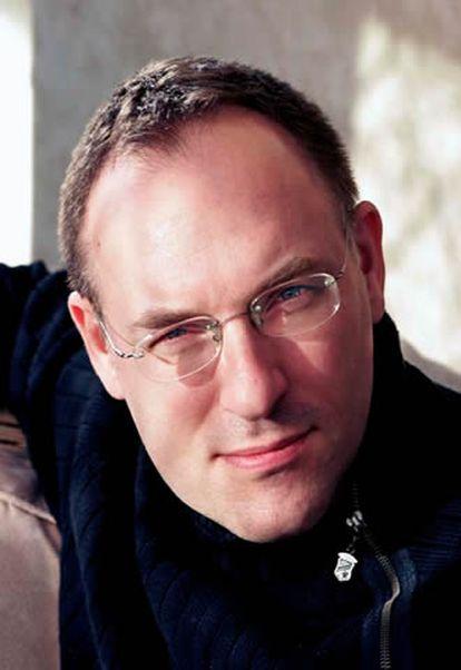 El escritor británico presenta a sus 44 años un aspecto sano y juvenil, alto y duro.