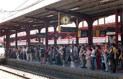 Viajeros esperando el tren de cercanías en la estación de Alcalá de Henares por la huelga de maquinistas.