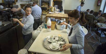 Varios camareros, en una cafetería de Sevilla.