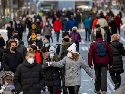 Viandantes en la Gran Vía de Madrid el 10 de enero.