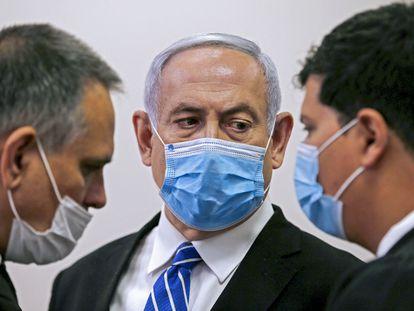 El primer ministro israelí, Benjamín Netanyahu, habla con su abogado este domingo en una sala del Tribunal del Distrito de Jerusalén.