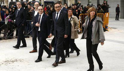 Varios ex miembros del Govern, a su llegada a la Audiencia.
