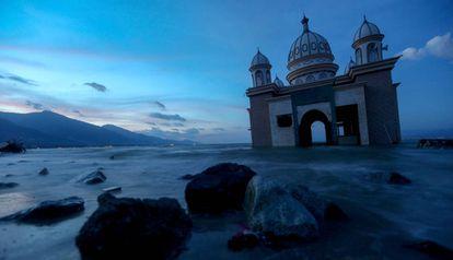 Los restos de una mezquita en Palu, Indonesia, tras el terremoto y el tsunami que ha sufrido la zona en los primeros días de octubre.