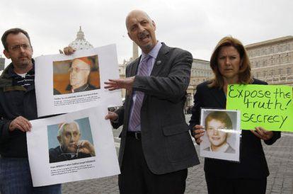 Miembros de SNAP, organización estadounidense de víctimas de abusos sexuales por parte de sacerdotes, durante su protesta en la plaza de San Pedro del Vaticano.