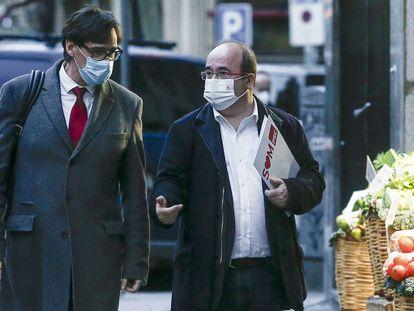 El ministro de Sanidad y secretario de organización del PSC, Salvador Illa (i), acompañado del secretario general del PSC, Miquel Iceta (d), a su llegada a la sede del partido en Barcelona.