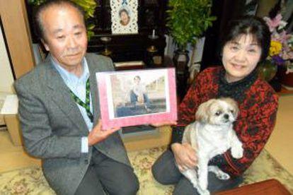 Kenichi Ichikawa junto a su esposa Ryuko y la foto de su hermano capturado por Corea del Norte en 1978.