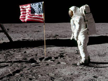 'Buzz' Aldrin, junto a la bandera estadounidense.