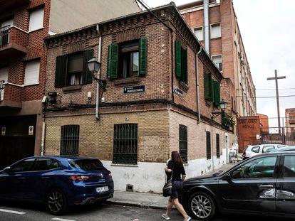 Esa casita de ladrillo que hace esquina es la última del primer barrio obrero de Madrid. Está en la calle Grandeza Española, 87, en Alto de Extremadura.