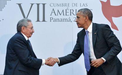 Obama saluda al mandatario cubano, Raúl Castro.