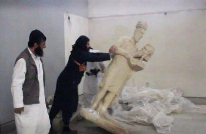 Imagen de un vídeo del Estado Islámico en el que unos militantes destruyen estatuas en el museo de Mosul.