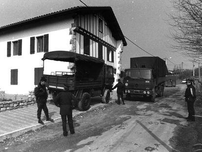 Policías franceses confiscan el material incautado tras la detención de la cúpula etarra en Bidart en 1992.