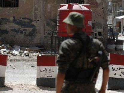Un soldado del Ejército sirio en un control situado a las afueras de Damasco en julio.