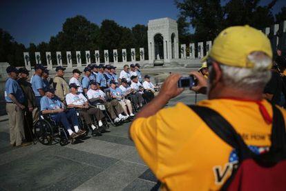 Los veteranos en el interior del monumento a los combatientes en la Segunda Guerra Mundial. / C.G.