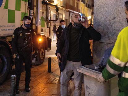 La Policía Nacional vigila las calles de la capital para controlar los aforos, el cumplimiento de horarios y el distanciamiento social en la zona de bares de copas este fin de semana.