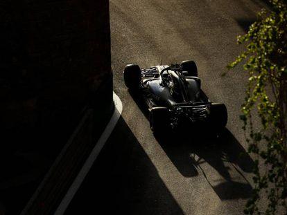 El McLaren de Hamilton, durante la prueba en Azaerbaiyán.
