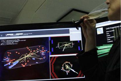 Los responsables del acelerador LHC brindaron ayer ante los registros de las primeras colisiones de partículas que vieron en las pantallas.