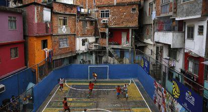 Un partido de fútbol en la favela Tavares Bastos de Río de Janeiro en 2014.
