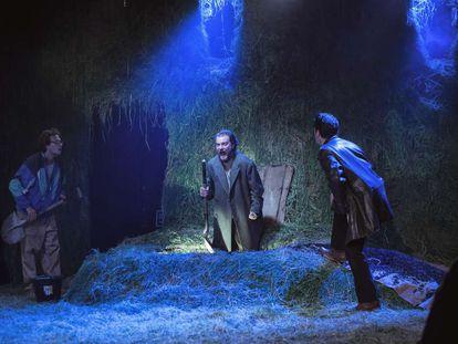 De izquierda a derecha, Pol López, Oriol Pla y Xavi Sáez, en 'La calavera de Connemara'.