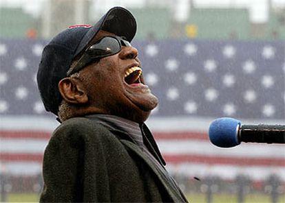Ray Charles canta <i>America the beautiful</i> en el Fenway Park de Boston en abril de 2003.