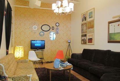 Sala de reuniones de Airbnb, tematizada como un apartamento de Berlín Este.
