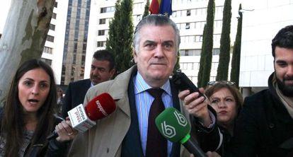 El ex tesorero del Partido Popular, Luis Barcenas, sale de los juzgados el 28 de abril.