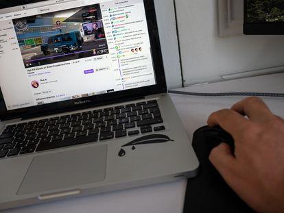 Un usuario utiliza la plataforma Twitch de retransmisión de videojuegos.