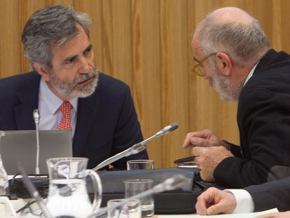 El presidente del Tribunal Supremo y del Consejo General del Poder Judicial (CGPJ), Carlos Lesmes (a la izquierda), en un pleno del CGPJ en Pontevedra en enero.