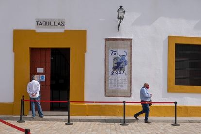 Taquillas de la Real Maestranza de Sevilla y un cartel que anuncia la feria taurina de 2021.