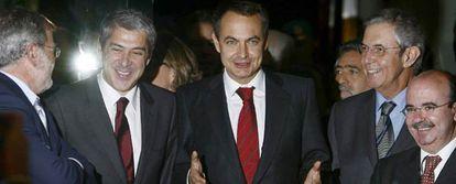 De izquierda a derecha, Juan Carlos Rodríguez Ibarra, José Sócrates, José Luis Rodríguez Zapatero, Emilio Pérez Touriño y Gaspar Zarrías, ayer a su llegada a la 22ª cumbre hispano-portuguesa que se celebra en Badajoz.
